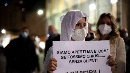Covid, i lavoratori dei negozi di Napoli inscenano un flash mob: vestiti da fantasmi