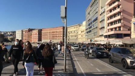 Migliaia di persone sul Lungomare di Napoli, folla ai ristoranti