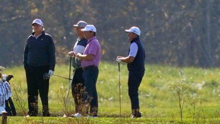 Joe Biden nuovo presidente, le immagini di Trump sul campo da golf nel momento dell'annuncio