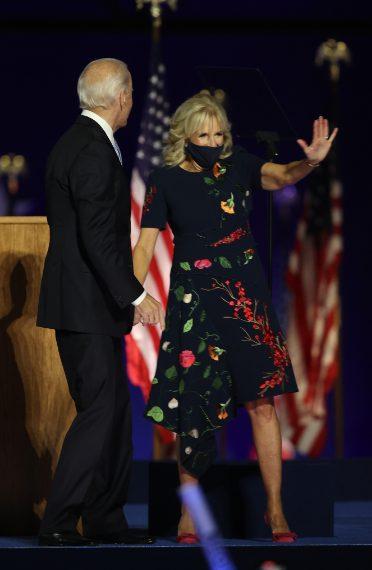 In occasione della vittoria del marito, Jill Biden ha indossato un abito nero ricamato a fiori Oscar de la Renta con scarpe Jimmy Choo Katience Pump.