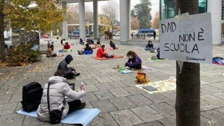 """Milano, sit-in di protesta degli studenti sotto la Regione: """"La scuola deve avere ruolo centrale"""""""