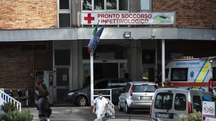 Napoli, nuova fila di automobili davanti all'ospedale Cotugno