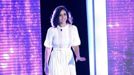 Ambra Angiolini, come imitare il look con abito bianco e zatteroni anni '70