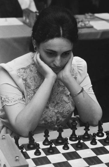 Maia Chiburdanidze vinse il primo campionato femminile dell'Unione Sovietica quando aveva solo 15 anni, un titolo che riconquistò agevolmente l'anno successivo. Nel 1978, a soli 18 anni, vinse il suo primo Campionato mondiale di scacchi femminile, difendendo il titolo per quattro volte e mantenendo la carica fino ai mondiali del 1991.