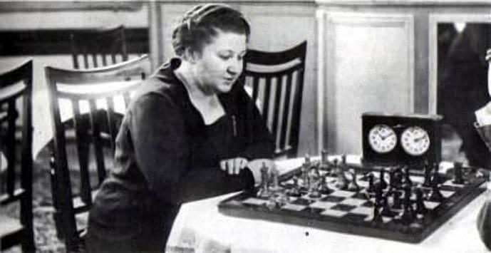 È stata la prima vera star degli scacchi femminili. Vinse il campionato del mondo nel 1927, vincendo tutti i mondiali fino alla sua morte nel 1944. All'epoca non esisteva ancora un ranking ufficiale, ma Chessmetrics la inserì al 52° posto in classifica generale.