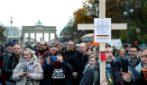 Coronavirus, manifestazione di protesta davanti alla Porta di Brandeburgo a Berlino