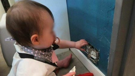 """""""Come sta nostra figlia?"""", il giovane papà manda la foto alla mamma per mostrargli cosa sta facendo"""