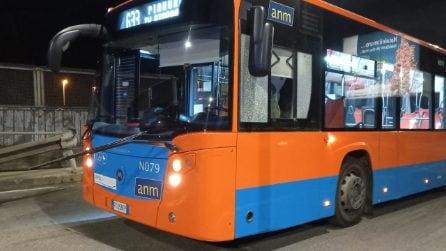 Raid di vandali contro bus Anm nella notte, danneggiati un C67 e un 633