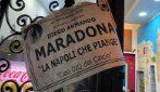 Napoli omaggia Maradona, manifesti nei vicoli per la morte del Pibe de Oro