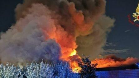 Incendio a Ostia Antica: inferno di fuoco nella notte distrutto capannone deposito di mobili