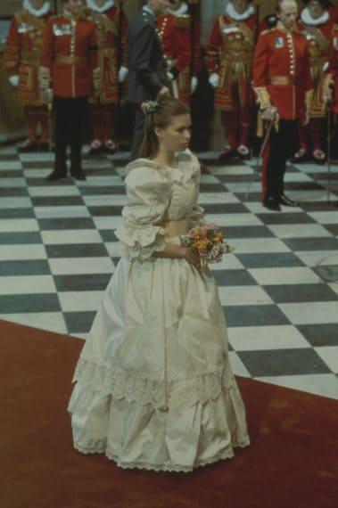 Sarah è stata una delle damigelle del celebre royal wedding del 1981, con un abito bianco disegnato sul modello di quello della sposa