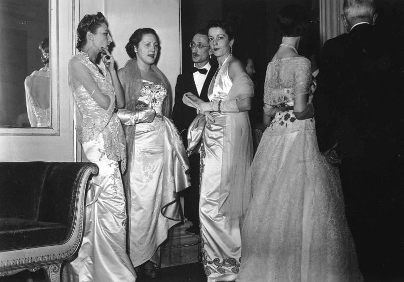 L'eleganza degli anni Cinquanta nel foyer: immancabili le stole e i guanti per le signore