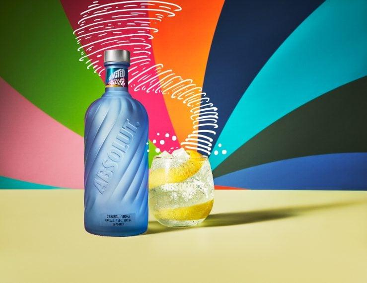 Absolut lancia invece la nuova bottiglia di vodka in edizione limitata, la prima ad essere realizzata con più del 60% di vetro riciclato, da questo deriva il particolare colore del vetro satinato blu.