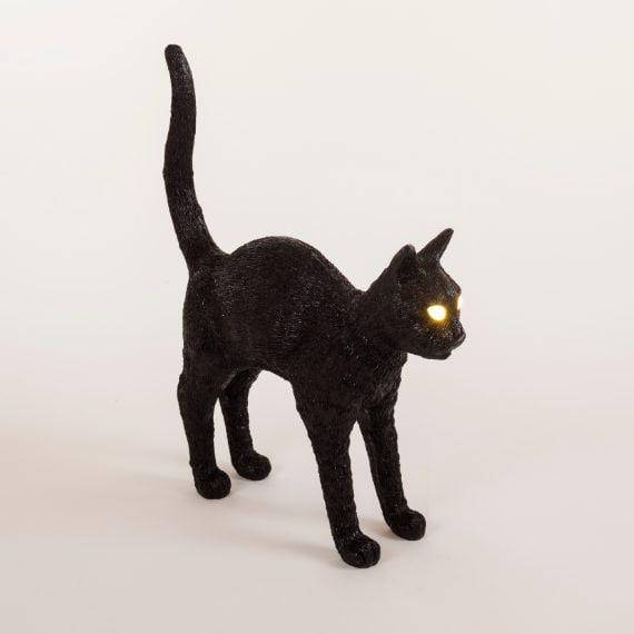 Seletti presenta anche Jobby the Cat, un gatto magico che non fa le fusa, ma dagli occhi intensi e indagatori che illuminano gli ambienti creando atmosfere incantate. La lampada di design realizzata in scala 1:1 è ispirata al gatto di Job Smeets e perfetta in ogni singolo dettaglio.