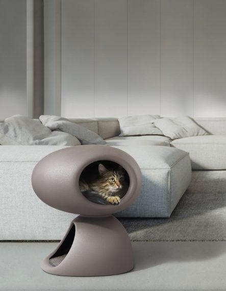 Per questo Natale United Pets propone una selezione di accessori originali e inaspettati come Cat Cave, la cuccia per gatti disegnata da Stefano Giovannoni, in collaborazione pop e divertente con Qeeboo: