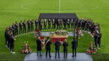 Paolo Rossi, la bara allo stadio Menti di Vicenza: l'omaggio alla leggenda italiana del calcio