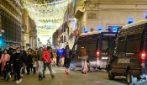 Assembramenti in centro a Roma: folla tra le vie dello shopping di Natale