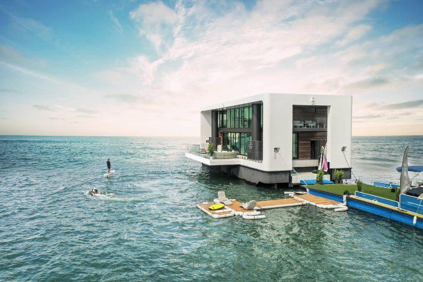 Arkup è come un'arca di Noè contemporanea. Misura 75 piedi e gli ospiti possono godere di una superficie abitabile di oltre 100 metri quadrati. Si può sceglier se installare un tetto solare o una terrazza panoramica. La struttura è dotata di motori 100% solari-elettrici che offrono una navigazione silenziosa e una vita a emissioni zero. Sistemi di raccolta e purificazione dell'acqua piovana assicurano l'autosostenibilità.L'imbarcazione possiede anche quattro accatastamenti idraulici che permett