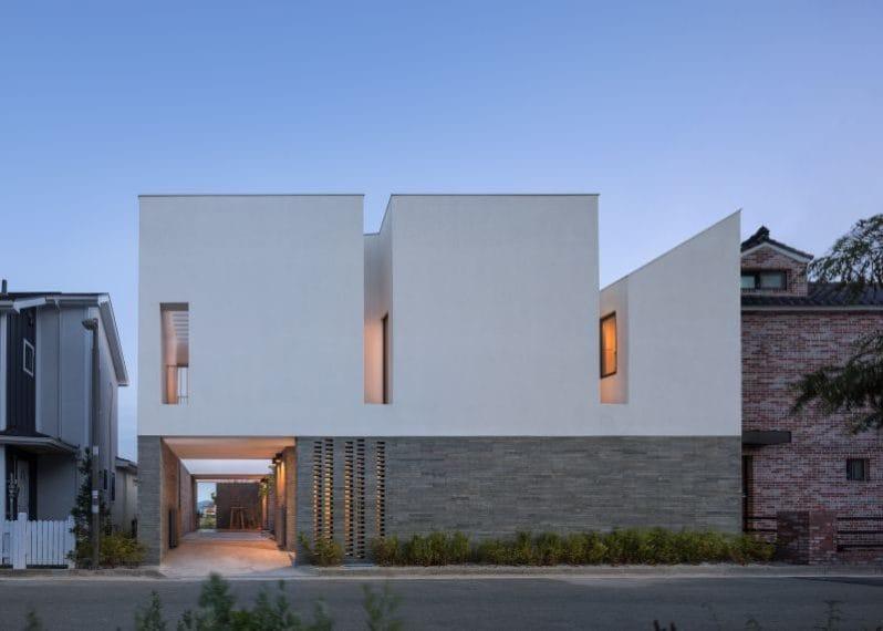"""""""Abbiamo completato un senso di stabilità privata disponendo lo spazio e le pareti della struttura attorno al cortile, creando varie aperture con finestre. Le crepe mantengono connessioni visive indirette con l'esterno ma mantengono la privacy. La luce controllata attraverso le fessure crea cambiamenti delicati e drammatici alla luce in base al tempo. La luce nella casa fa sì che gli abitanti si confrontino con la natura"""", Architect-K."""