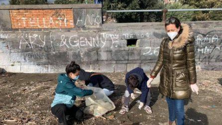 Napoli, cittadini ripuliscono il lungomare dai rifiuti portati dalla mareggiata