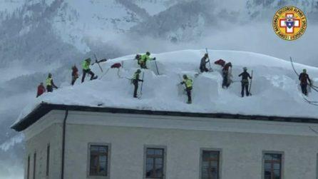 Il tetto collassa per il peso della neve, i volontari del Soccorso Alpino arrivano in soccorso