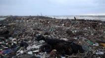 Maltempo, distesa di rifiuti vicino alla foce del Tevere a Fiumicino