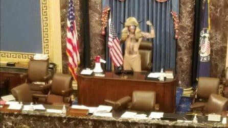 Usa, membri del Congresso scappano: manifestanti pro-Trump occupano l'Aula alla Camera