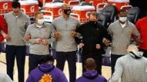 Scontri a Washington durante Congresso USA: i giocatori della NBA abbracciati e in ginocchio