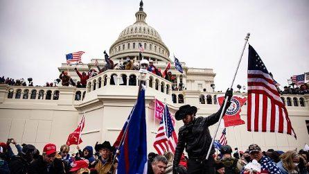 La foto simbolo dell'assalto al Congresso USA dei sostenitori di Trump