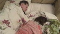 Il cane è vecchio e malato, il padrone non lo lascia solo e dorme con lui