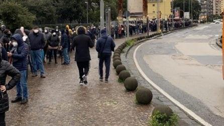 """Napoli, lunghe file per i vaccini anti Covid. De Magistris: """"Immagini indegne per un Paese civile"""""""