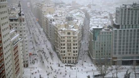 Madrid sotto la neve: la capitale spagnola completamente coperta da un manto candido