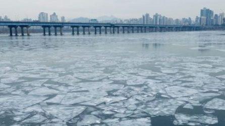 Corea del Sud, il fiume che attraversa Seoul si ghiaccia per il gelo
