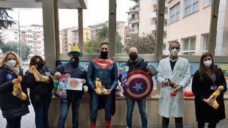 All'ospedale Santobono di Napoli i supereroi portano doni ai bambini ricoverati