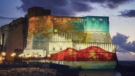 Napoli, spettacolo al Castel dell'Ovo: luci e colori sulla facciata di uno dei simboli della città