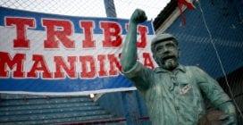 La storia e la statua nello stadio del primo tifoso al mondo della storia del calcio