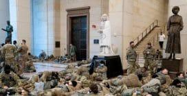 Centinaia di soldati accampati a Capitol Hill per proteggere il Congresso da eventuali disordini