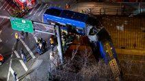 Autobus penzola dalla strada dopo incidente nel Bronx