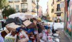 Le strade della città piene di rifiuti: la raccolta sospesa per via delle gelate notturne