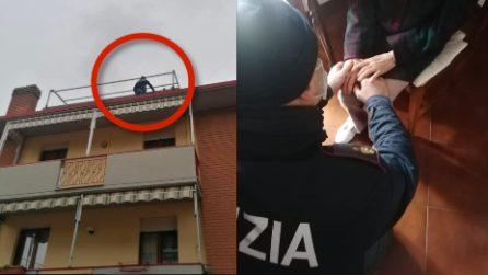 Donna vuole lanciarsi dal terrazzo, poliziotti le parlano e la abbracciano salvandole la vita