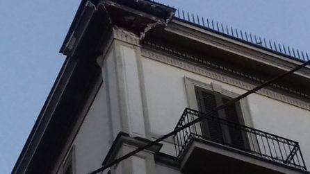 Chiaia, cornicione si stacca dal palazzo e crolla sull'auto in sosta