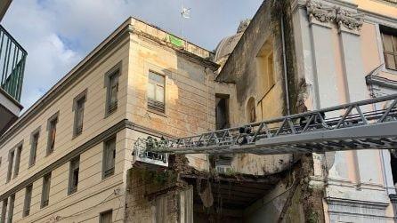 Crolla la facciata della chiesa del Rosariello a Napoli
