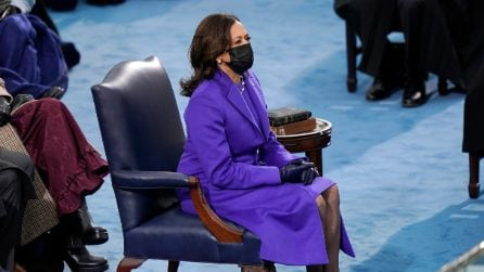 Kamala Harris col cappotto viola all'Inauguration Day