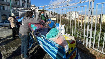 Napoli, la raccolta di indumenti e cibo per animali bisognosi