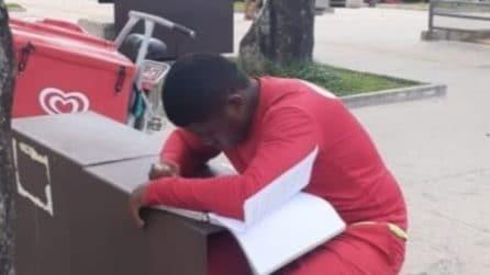 Vende gelati in strada e poi studia per diventare poliziotto: un agente lo vede e paga la quota dell'esame