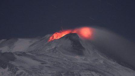Etna, bagliori nell'oscurità: la spettacolare attività eruttiva serale
