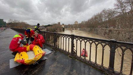 Roma, le operazioni dei vigili del fuoco che salvano un senzatetto intrappolato nel Tevere in piena