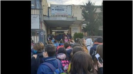 Scuole medie a Napoli, assembramenti per il rientro in classe