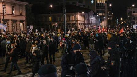 Divieto di aborto in Polonia, migliaia di persone in piazza per protestare