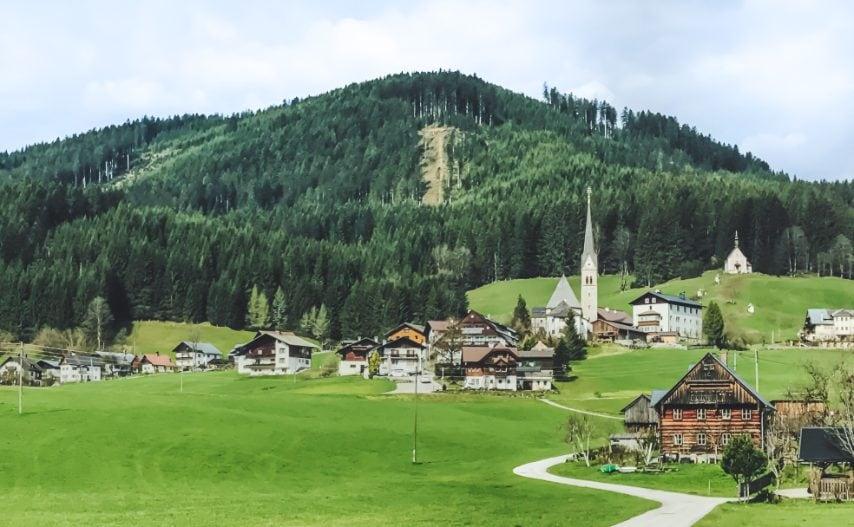 L'Alta Austria (Oberösterreich in tedesco) si trova nella parte settentrionale del Paese, al confine con la Germania e la Repubblica Ceca. La regione è nota per le sue splendide colline e per il Danubio, il secondo fiume più grande d'Europa, che scorre attraverso il suo paesaggio verde. Qui potrai goderti la natura mentre fai lunghe escursioni ed esplori la regione in mountain bike su uno dei tanti percorsi ciclabili. Durante l'inverno, potrai divertirti sulle piste, dato che la zona è anche not